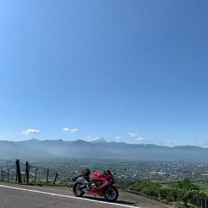 甲府盆地の彼方に顔を出す富士山とCBR650R