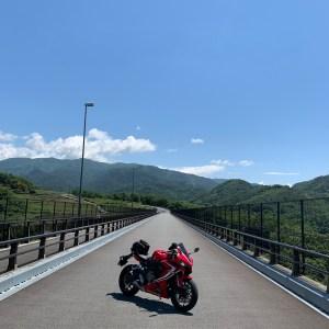 山梨県甲斐市の名もなき爽快風景の橋にてwith CBR650R