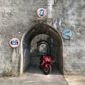 レトロ&ユニークな西大滝ダム上のトンネルにてwith CBR650R