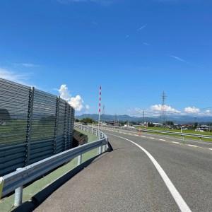 片側1車線メインの東北中央自動車道のロード風景