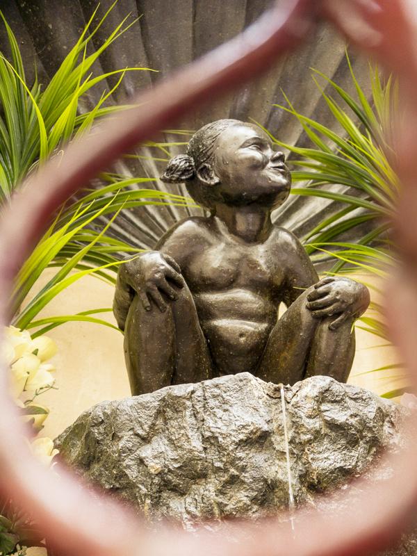 One day in Brussels: Jeanneke-Pis | #Brussels #Bruxelles #itinerary #Europe #bronzestatue #Belgian #humor #JeannekePis #MannekinPis #sister #Landmark | www.ChloesTravelogue.com