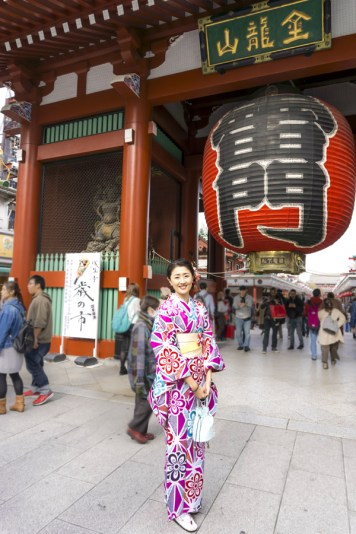 Things to Do in Asakusa | Tokyo Must See - Kaminarimon Gate, Sensoji Temple | #Asakusa #Tokyo #ThingstoDoinAsakusa #KaminarimonGate #Nakamise #kimono