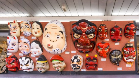 Things to Do in Asakusa | Buy Japanese Souvenirs at Nakamise Shopping Street | #Asakusa #Tokyo #ThingstoDoinAsakusa #KaminarimonGate #Nakamise #AsakusaFood