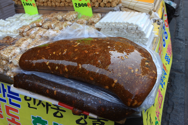 Insadong Street Food in Seoul, Korea: Yeot | #Insadong #KoreanFood #StreetFood #VisitSeoul #AsiaTravel #AsianFood