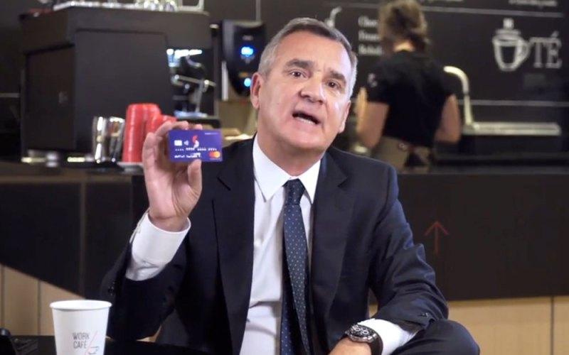 Claudio Melandri, presidente de Banco Santander, con la tarjeta Superdigital