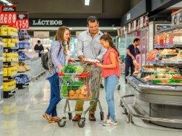 Familia comprando en un supermercado Unimarc