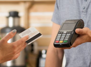 Las tarjetas de débito cobran comisión por su uso en el extranjero
