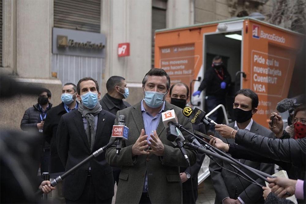 Sebastián Sichel presentando las Sucursales Móviles de BancoEstado