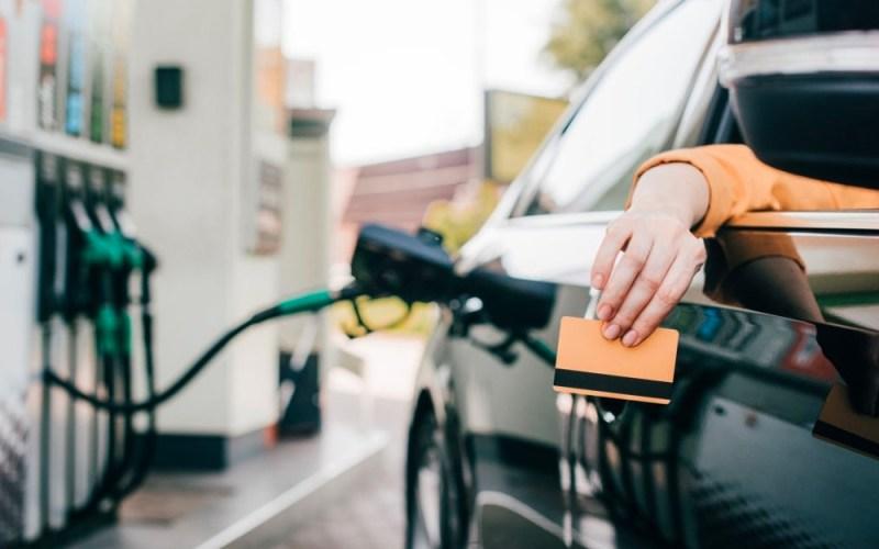 Descuentos y beneficios en bencina en agosto de 2021 en Copec, Petrobras y Shell