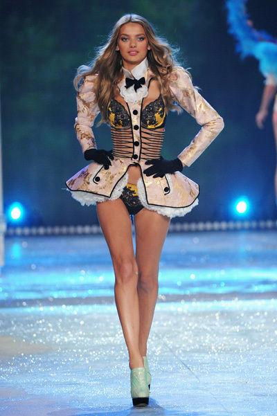 Victoria´s Secret desfile navideño 2012-Rihanna hace sus pinitos como angel (5/6)