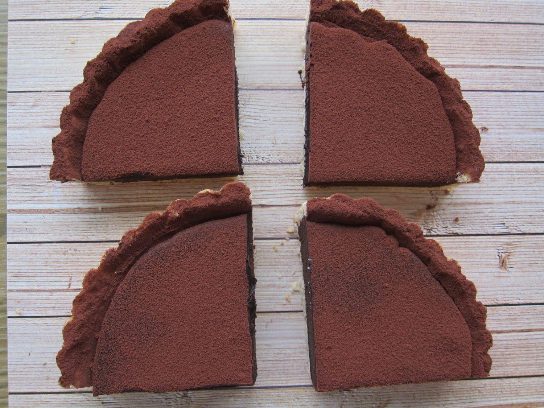 【週五小週末 來正大光明舒壓--吃生巧克力塔】  既我們的Logo像鹹蛋超人後,塔編又發現8吋激厚生巧克力塔切成1/4好像花媽耶......沒錯!!就是花媽無誤😆😆  月底前不限金額外送最後4天嚕~ 快來嚐嚐手工法式🇨🇵巧克力塔喔! -------------------------------------------------------------- #甜點外送 #法式巧克力塔 #會議點心 #法式甜點宅配 #法式生巧克力塔 11月底前週一至五, 汐科、內科、南港軟體園區外送不限金額喔 官網 https://chocopiepie.com/ 每天數量有限,額滿喊停。 可填寫表單訂購or直接電話訂購 ❌匯款後開始製作,2天後出貨❌ 👉訂購電話:0968-115-093 👉表單訂購:https://chocopiepie.com/11buy/ 👉營業時間:週一至週五8:00~16:30