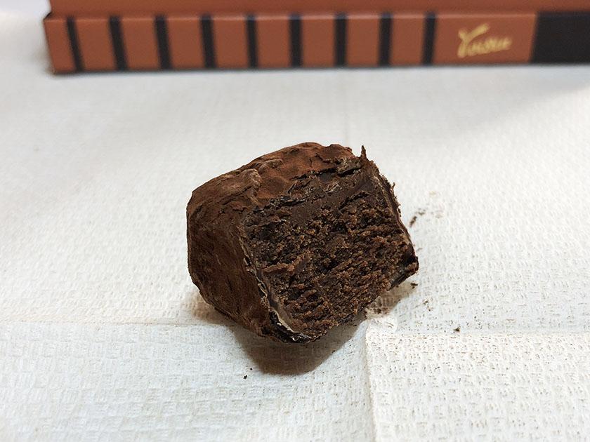断面に滑らかさはないけれど、とろけるチョコ