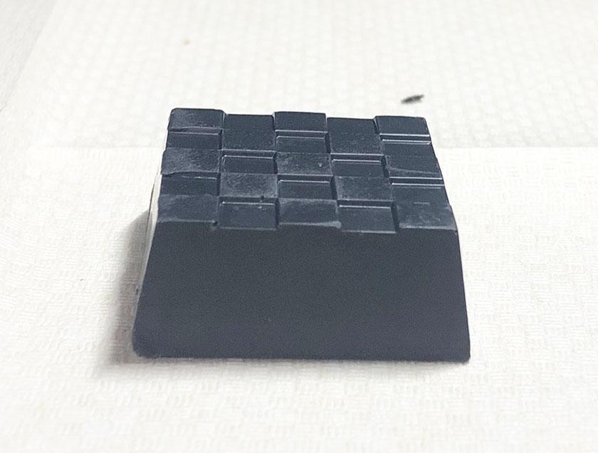 炭のように黒い