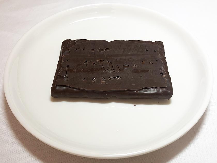 『セブンアンドアイ』の「シュガーバターの木 炭火ショコラ」の底面