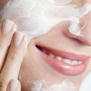 landscape 1453252591 skincare woman - 脂性肌、敏感肌、乾燥肌、それぞれの肌質に合った洗顔料とは?