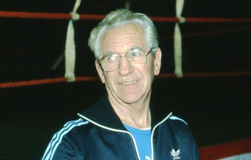Notre regretté professeur de boxe, Julien Teissonnières, souriant, détendu... Une photo émouvante signée Jean-Claude Deloménie.