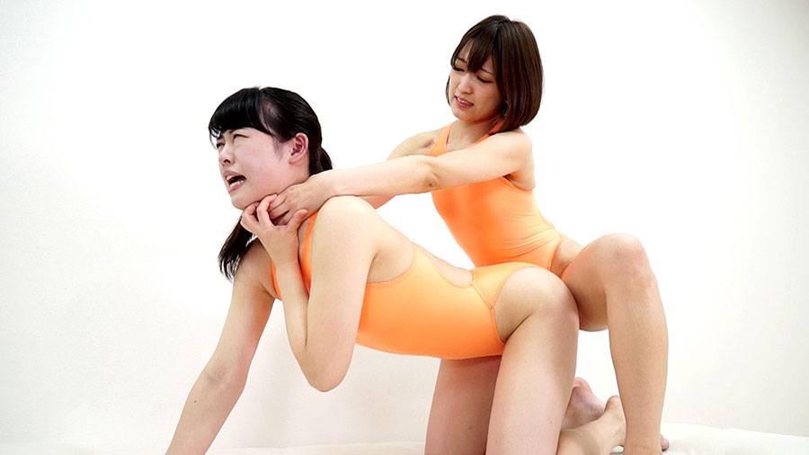 美女2人が競泳水着姿で首絞め比べ!苦しみ絡み合いもがき失神!!