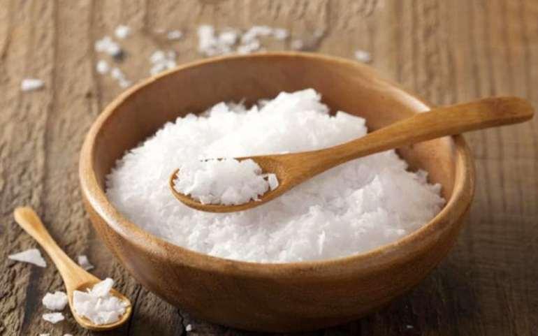 Sử dụng muối trắng để khử mùi tủ lạnh
