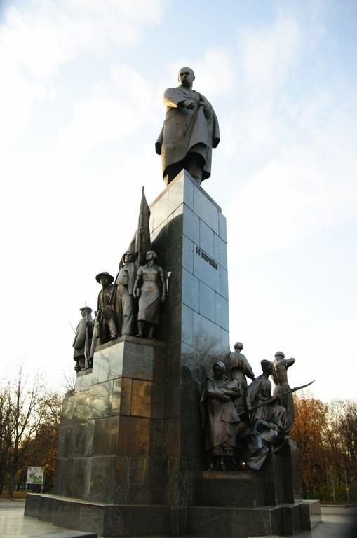 Pomnik Tarasa Szewczenki w centrum miasta.