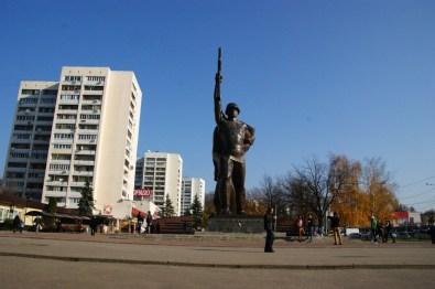 Pomnik bohaterskich wyzwolicieli Ukrainy na stacji metra 23 sierpnia.