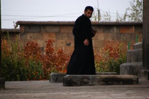 Ormiański kapłan odmawiający modlitwę. Eczmiadzyn, Armenia
