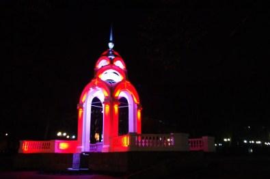 W centrum miasta znajduje się również piękna fontanna, która w nocy rozbłyskuje różnymi kolorami.
