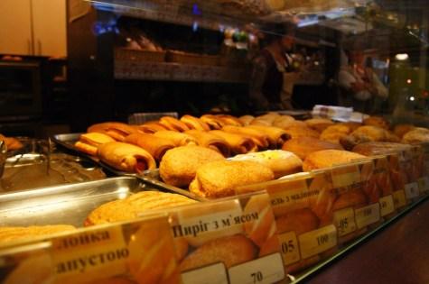 Podczas jednej z wizyt w Kuliniczi - sieci kafejko-piekarń uprosiłem sprzedawczynie o pofotografowanie. Początkowo nie chciały pozwolić myśląc, że chcę je obsmarować w gazecie...