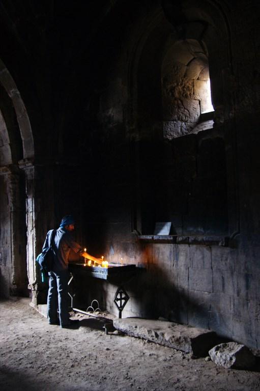 9a. Wierni odmawiając modlitwę zapalają symboliczne świeczki