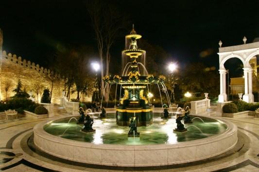 W Baku nie brakuje wymuskanych parkow i przepieknych fontann