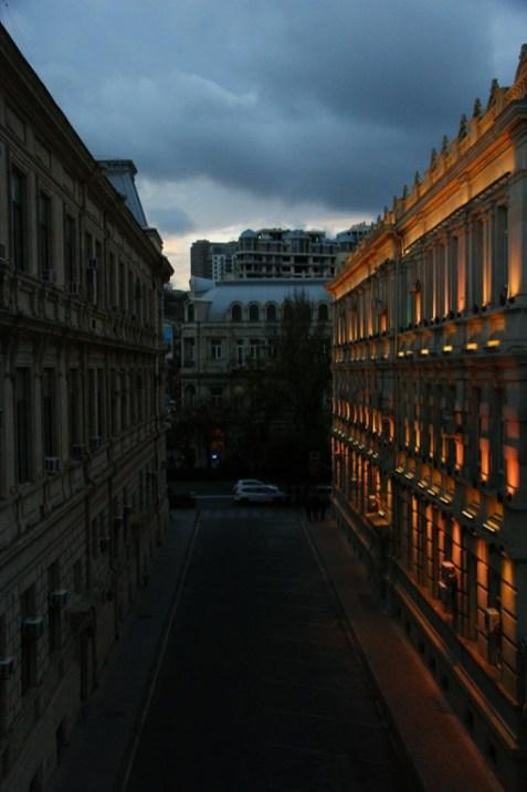 Rozświetlone centrum Baku o zmierzchu