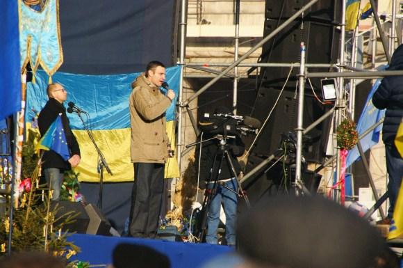 Lider partii Udar, Witalij Kliczko, przemawia na Euromajdanie do zgromadzonych demonstrantów.