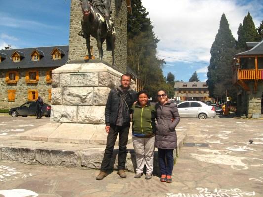 Paulo, yo y Marilina en la plaza cívica de Bariloche.