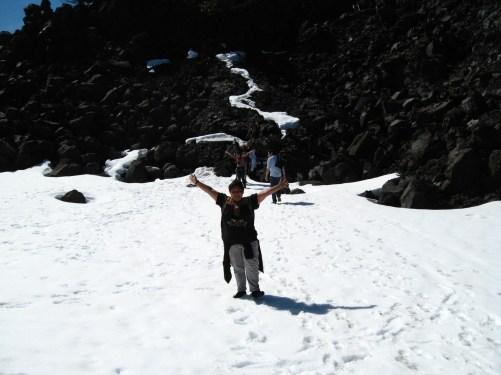 Atrás de mi un bonsai natural, era la primera vez que caminaba sobre la nieve.