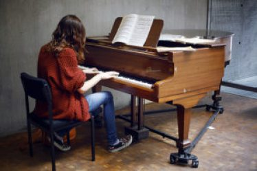 7 simple steps to play the piano
