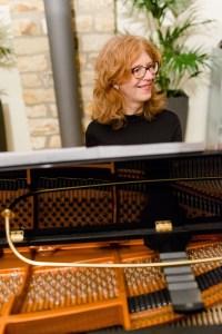 Chorleiterin Eva Chahouri sitz am Piano