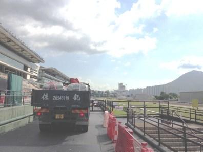 沙田馬場的維修工程,材料要吊運到看台上,自然要出動大車