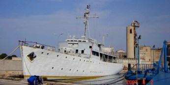 Vis čeká v přístavu Pula na potopení