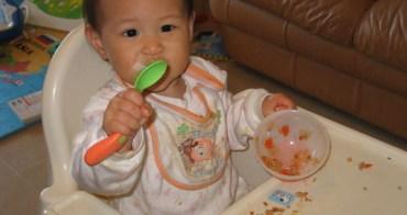 小喬會用湯匙囉!!也會說葡萄囉!