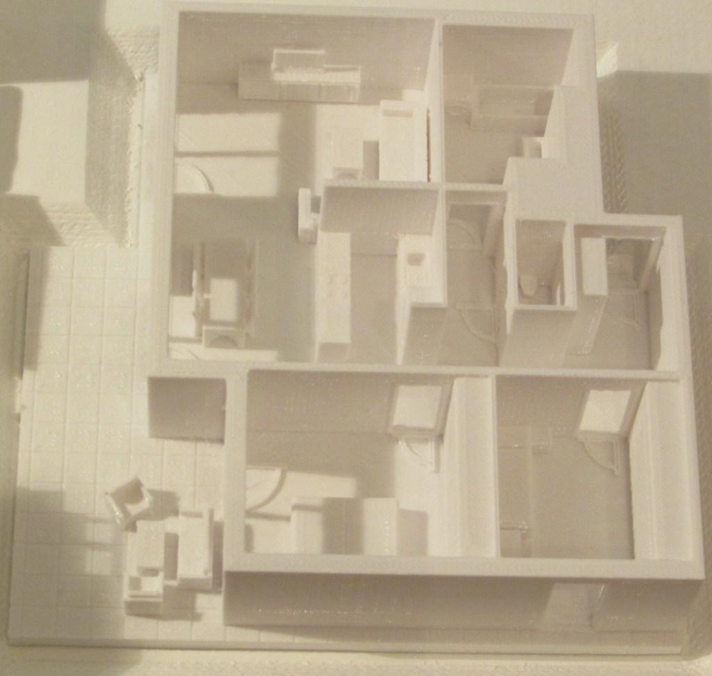 3D-gedrucktes Modell einer Wohnung mit Terrasse im Maßstab 1:100