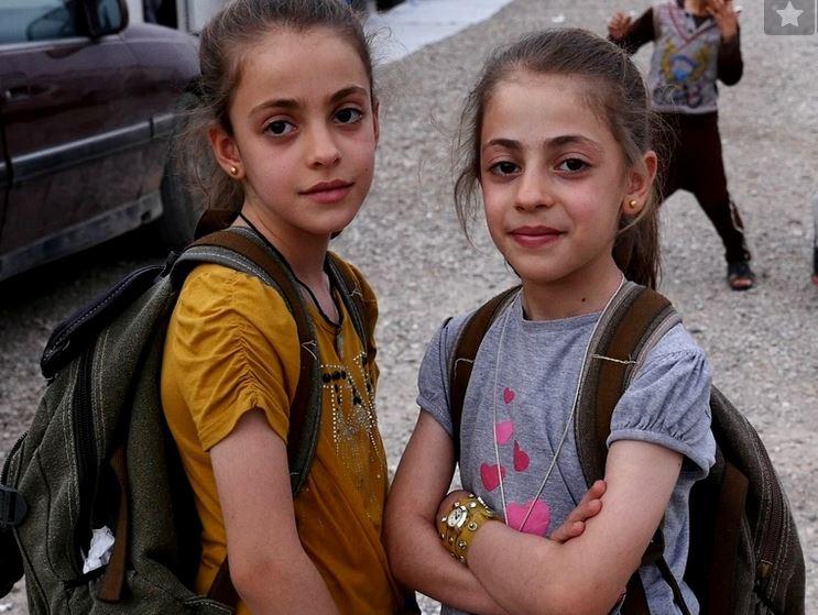 Maryam Behnam  une fillette de 11 ans (ici, au côté de sa soeur Zomord) encourage les chrétiens d'Irak par sa foi inébranlable
