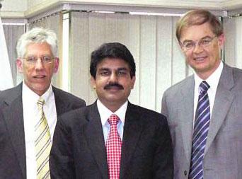 Shahbaz Bhatti † à Islamabad, avec les collaborateurs de CSI John Eibner (à gauche) et Gunnar Wiebalck © CSI France