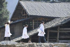 Des professionnels de santé dans le village de Yanjing offrent des services médicaux aux habitants locaux, dans le district autonome Tujia de Shizhu de la municipalité chinoise de Chongqing (sud-ouest), le 10 décembre 2010. (Photo : Wang Quanchao)
