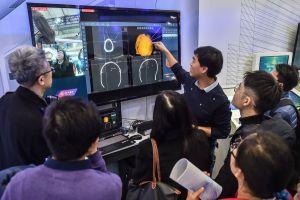Un membre du personnel présente la technologie de télémédecine grâce à la 5G lors de la Convention mondiale de la 5G 2019 à Beijing, capitale de la Chine, le 21 novembre 2019. (Xinhua/Peng Ziyang)