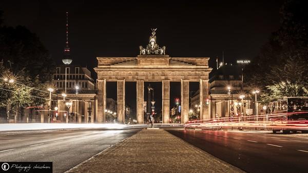 Brandenburger Tor in Berlin in der Nacht als Lanzzeitbelichtung