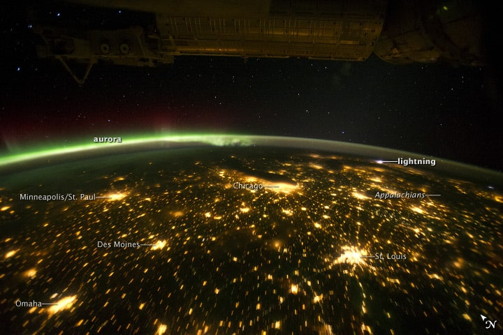 Midwestern_USA_at_Night_with_Aurora_Borealis_-_NASA_Earth_Observatory