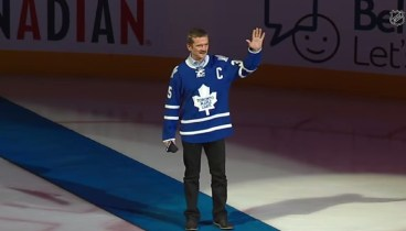 Chris Hadfield sings O Canada