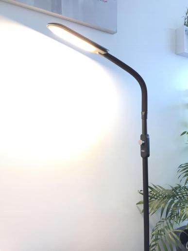 image test de la lampe sur pied à LED Aukey avec 3 modes d'éclairage 8