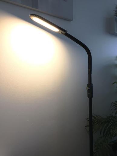 image test de la lampe sur pied à LED Aukey avec 3 modes d'éclairage 9
