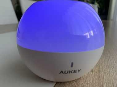 image Test de la lampe de chevet Aukey (RVB), rechargeable et étanche 16