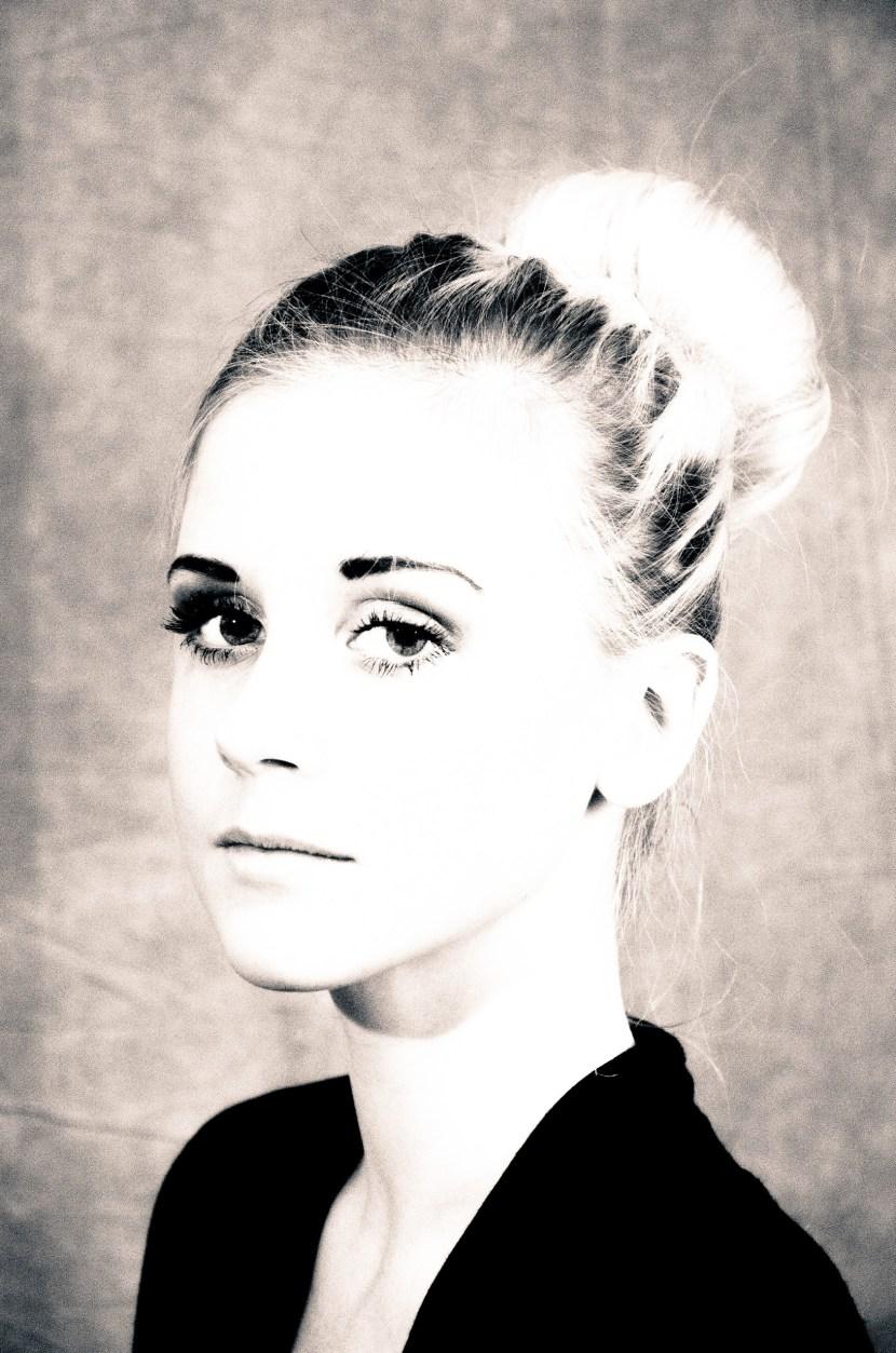 Fotomodellen Rebecka i svartvitt